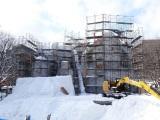『第68回さっぽろ雪まつり』に2年ぶり「スター・ウォーズ」の巨大雪像登場(1月27日時点で制作中)。今回は「白いスター・ウォーズ」