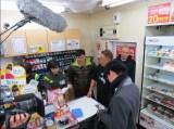 1月29日放送、TBC・TBS系『これが東北魂だ 九州魂だ      駅弁で日本がつながる!』「ハモニカ飯」を販売する売店を取材する サンドウィッチマン(C)TBC