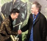 固い握手を交わした(左から)綾部祐二、ティム・バートン監督 (C)ORICON NewS inc.