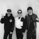 VERBAL(中央)が公開したMAKIDAI(右)&DJ DARUMAとの3ショット(写真はVERBAL公式インスタグラムより)