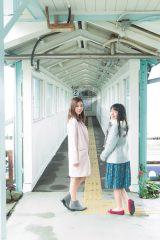 『ヤングジャンプ』10号に登場する(左から)真野恵里菜、miwa (C)Takeo Dec./集英社