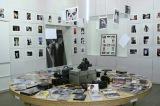 幼少期の写真やデビュー作からの作品資料を展示したライブラリ
