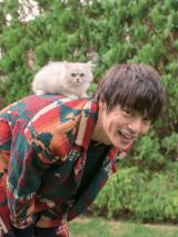 猫と遊ぶ無邪気な笑顔をみせた窪田正孝