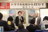 7月にNHK・BSプレミアムで放送される佐賀発地域ドラマの脚本を担当する八津弘幸氏(右)。佐賀市内で行われた記者会見の模様(C)NHK