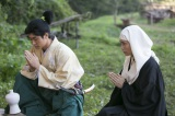 NHK大河ドラマ『おんな城主 直虎』第6回より。直満の墓に手をあわせる次郎法師と直親 (C)NHK