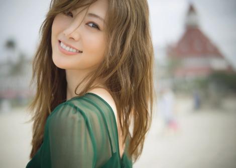 発売翌日に異例の大重版が決まった白石麻衣の2nd写真集『パスポート』(撮影:中村和孝)