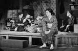 1961年『放浪記』尾道の場面(左端が青木さん、中央は森光子さん)