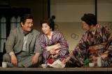 2006年『放浪記』世田谷の場面(左から米倉斉加年さん、)
