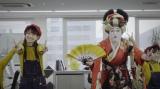 HKT48「バグっていいじゃん」スピンオフMVより(左から松岡はな、コウメ太夫)(C)AKS