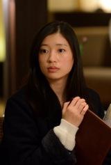 テレビ東京『こんにちは、女優の相楽樹です。』#2(3月13日放送)より。色気たっぷりの店員たちに目が釘付けになる相楽樹(C)テレビ東京