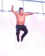 JET STAGEを体験するロバート・秋山竜次=化粧品会社コーセーの『ESPRIQUE presents JET STAGE』先行イベント (C)ORICON NewS inc.