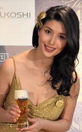 『プレミアムフライデー』オープニングセレモニーに金のドレスで登場した橋本マナミ (C)ORICON NewS inc.