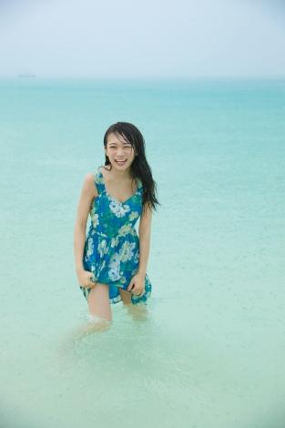 海ではしゃぐ秋元真夏