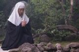 NHKで放送中の大河ドラマ『おんな城主 直虎』第9回「桶狭間に死す」より。父の無事を祈る次郎法師(柴咲コウ)だったが…(C)NHK