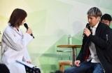 """""""女医""""風衣装でJOYを診察した篠田麻里子(左) (C)ORICON NewS inc."""