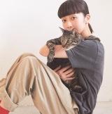 持田香織が愛猫リヴァイとの2ショットを披露=『InRed』4月号(宝島社)