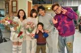 日本テレビ系のドラマ『スーパーサラリーマン左江内氏』のクランクアップの模様(C)日本テレビ
