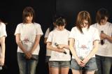 AKB48劇場で黙とうを捧げるメンバーたち(C)AKS