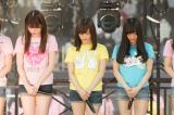 京セラドーム大阪で黙祷を捧げる山本彩(中央)らNMB48メンバー(C)NMB48