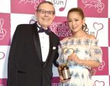 『2016年度ISUMブライダルミュージックアワード』を受賞した西野カナ(右) (C)ORICON NewS inc.