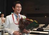 日曜劇場『A LIFE〜愛しき人〜』のクランクアップを迎えた及川光博(C)TBS