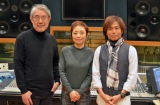 新曲「砂時計」でタッグを組んだ(写真左から)松本隆氏、クミコ、つんく♂