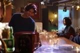 22日に放送される日本テレビ系連続ドラマ『東京タラレバ娘』第6話に出演する(左から)速水もこみち、吉高由里子 (C)日本テレビ
