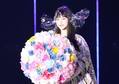 ウェディング風衣装でステージに登場した中条あやみ(撮影:片山よしお) (C)oricon ME inc.