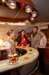 自家用ジェット機のようなサービスを用意したエミレーツA380の機内ラウンジ