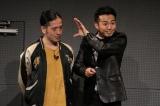 綾部祐二(右)の渡米前ラストのトークライブを行ったピース