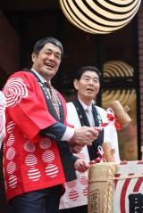 『浅草九倶楽部』開業イベントで鏡開きを行った高田延彦