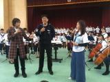 華原朋美(右)と藤澤ノリマサ(左)が岩手を訪問し、佐渡裕氏の復興イベントに参加