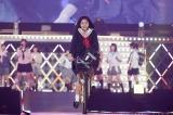 オープニングでは中野郁海らがミュージカルを披露(C)AKS
