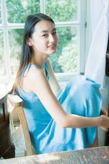 清楚感あふれるドレスカットを公開した八木莉可子(C)小学館