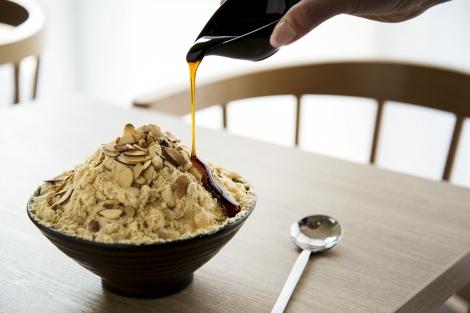 人気の『きな粉餅ソルビン』に黒みつ合わせた日本限定メニューが登場