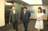 テレビ東京の新本社内を歩くバナナマンと鷲見玲奈アナウンサー(C)テレビ東京