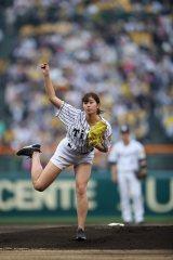 甲子園球場で始球式を行った稲村亜美