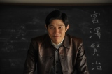 6月スタートの『連続ドラマW 宮沢賢治の食卓』に主演する鈴木亮平(C)WOWOW