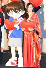 映画『名探偵コナン から紅の恋歌』初日舞台あいさつに出席した(左から)江戸川コナン、倉木麻衣 (C)ORICON NewS inc.