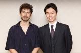 TBS系日曜劇場『小さな巨人』の主題歌を担当する平井堅(左)と主演の長谷川博己(右)(C)TBS