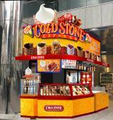 コールドストーン エクスプレス新宿アルタ店の外観。明るい外装はブランドコンセプト「Make People Happy(関わるすべての人に幸せを)」を表現している