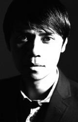 デビュー作収録曲「Keep Out」のプロデュースを手がけた大沢伸一