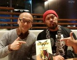 同梱のブックレットでは真壁刀義選手のインタビューを掲載(左はライター・腹巻猫氏)