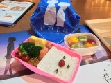 東京・池袋パルコ「君の名は。」カフェのメニューより。「三葉が作ったお弁当(オリジナルランチクロスつき)」(1380円・税抜き)