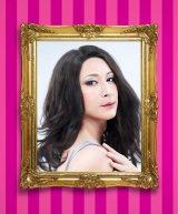 4月19日よりゴールデン進出を果たす日本テレビ系バラエティ『今夜くらべてみました』のポスタービジュアルで見事な女装を披露したチュートリアルの徳井義実(C)日本テレビ