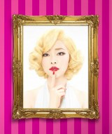 4月19日よりゴールデン進出を果たす日本テレビ系バラエティ『今夜くらべてみました』のポスタービジュアルで金髪美女に変身した指原莉乃(C)日本テレビ