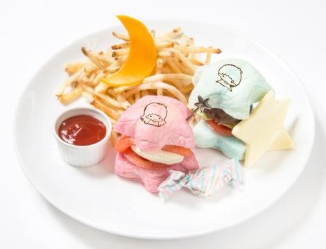ビーフパテとサーモンのミニバーガーがセットになったプレート。『リトルツインスターズ ハンバーガープレート』(税抜価格:1350円)(C)'76, '17 SANRIO (L)