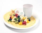 盛りだくさんのフルーツが嬉しいクレープ。(税抜価格:1280円)(C)'76, '17 SANRIO (L)