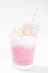 パインジュースと牛乳、イチゴにビーツで色づけしたミックスジュース。(税抜価格:980円)(C)'76, '17 SANRIO (L)