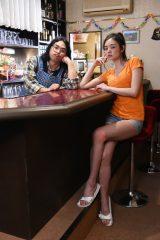 TBS系7月期金曜ドラマ『ハロー張りネズミ』に出演するロッチの中岡創一(左)と片山萌美 (C)TBS
